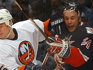 Asistent trénera v NHL sa odmietol zaočkovať. Klub ho vymenil