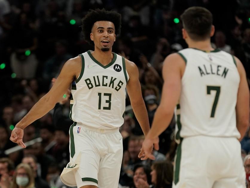 Obhajca titulu začal novú sezónu NBA víťazne, Curry s triple-double